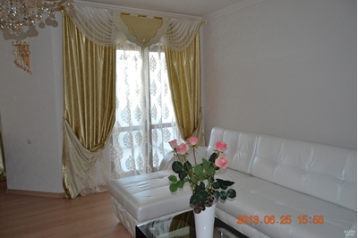 золотистые шторы с отворотами в гостиную