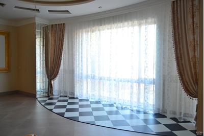 оформление шторами панорамного окна
