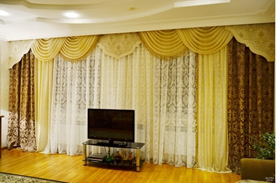 коричневые шторы с ламбрекеном в гостиную