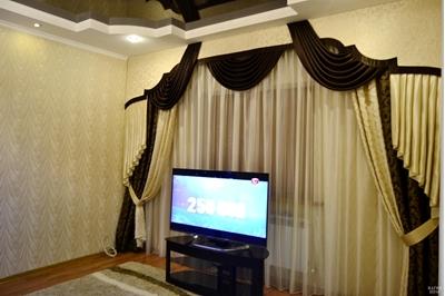 шторы с ламбрекеном в просторную светлую гостиную