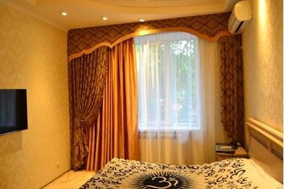 шторы с жестким ламбрекеном в спальню