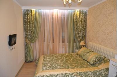 зеленые шторы и покрывало в спальню