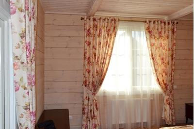 шторы в стиле прованс в деревянном доме