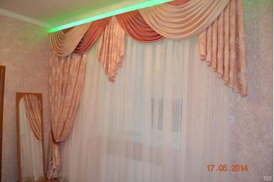 красивые асимметричные шторы с ламбрекеном в спальню