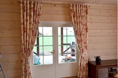 шторы на люверсах на двери загородного дома
