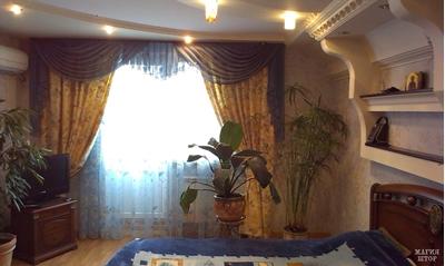 шторы в спальню с синим ламбрекеном