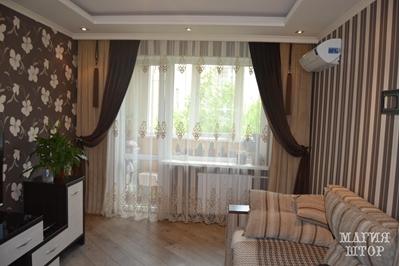 модные однотонные шторы в гостиную
