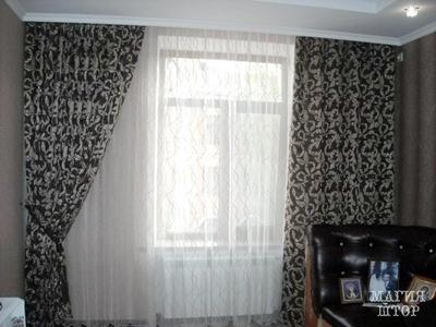 коричневые шторы с вензелями в гостиную