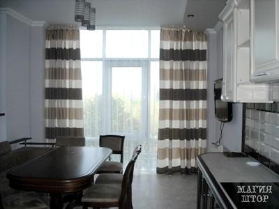 шторы в полоску в современной кухне