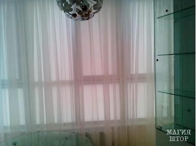 белая гардина сверху рулонных штор в кухню в стиле минимализм