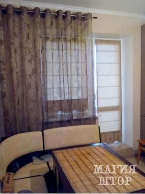 римские шторы в кухню с балконной дверью и гардина на люверсах