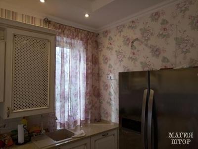 короткая гардина  с цветочным принтом в кухню