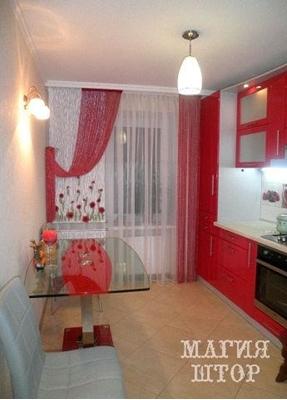 красные шторы-нити в кухню