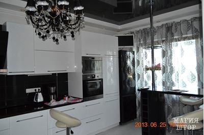 черно-серая гардина в кухню