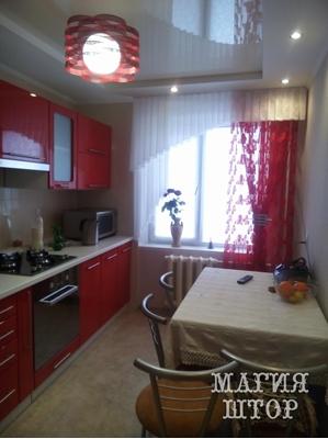 декоративные шторы в красную кухню
