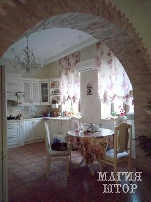 подъемные шторки на два окна в кухню