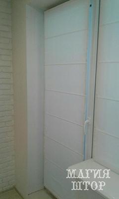 белая римская штора на окно с балконной дверью