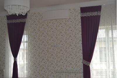 наш дизайнер вписал радиатор в стену с обоями, а шторы в спальне  теперь усиливают цвет цветка
